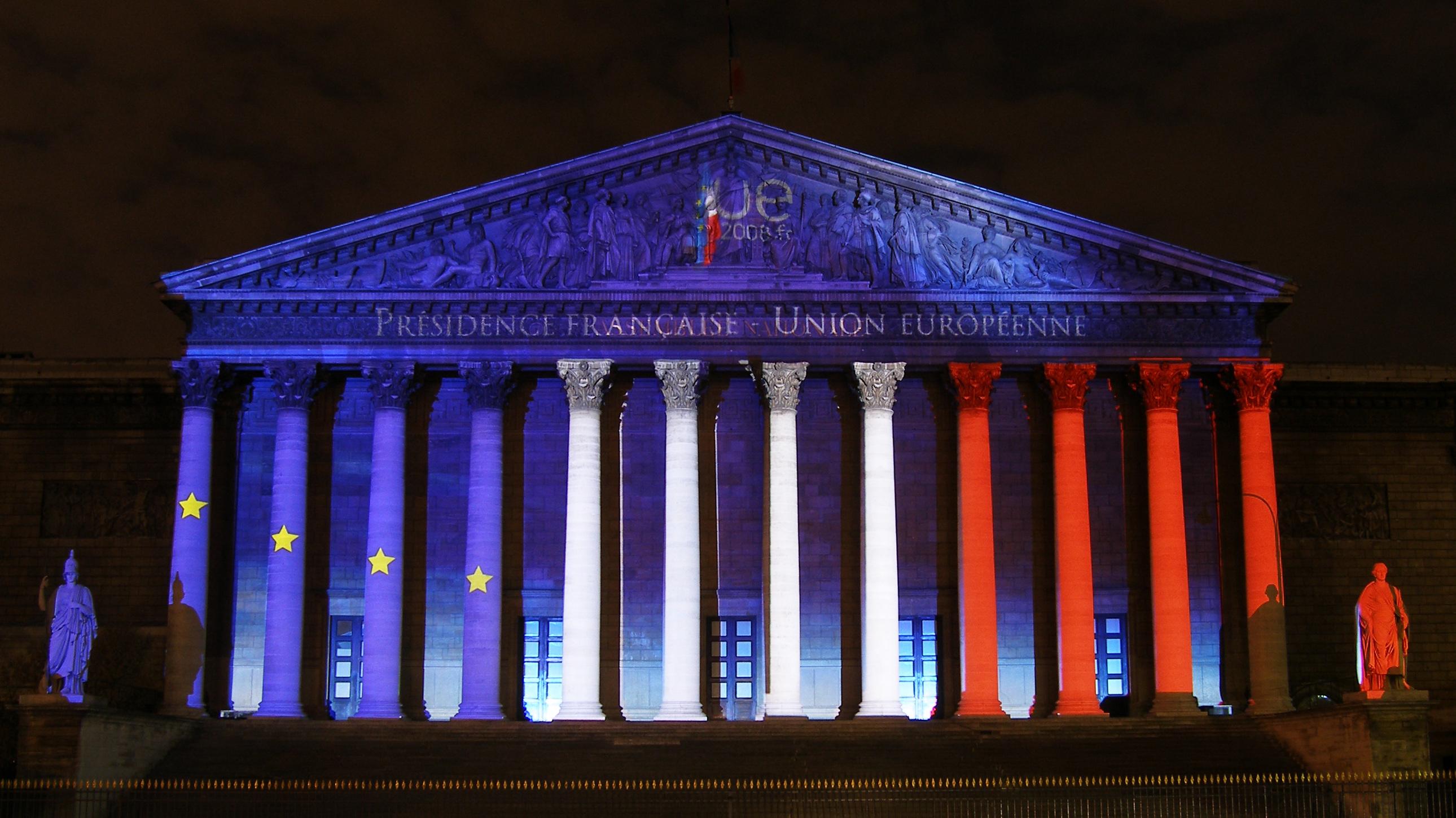 Photo Assemblée nationale éclairage bleu blanc rouge de nuit